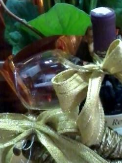 Caixa com Gérbera e vinho